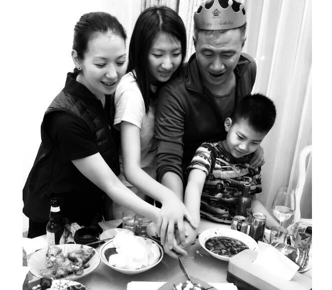 卢芳为胡军庆生 一家人围坐在美食前举杯庆祝齐切蛋糕